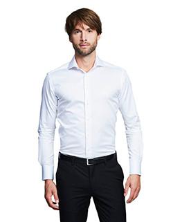 Großer Mann mit Businesshemd in Überlänge von Girav.de