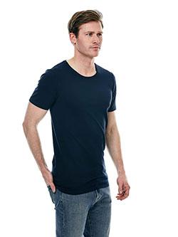 Großer Mann mit Baumwoll T-Shirt in Überlänge