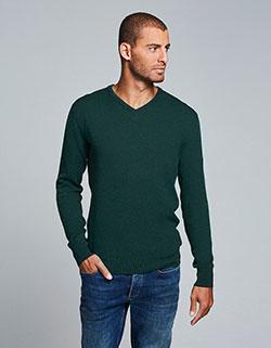 Großer Mann der ein Oversize Pullover trägt