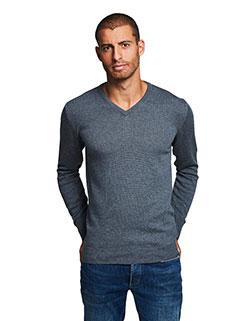 Großer Mann mit einem extra langen Winter Pullover