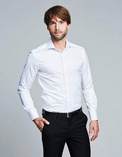 Großer und schlanker Mann der ein Langarm Hemd von Girav.de trägt