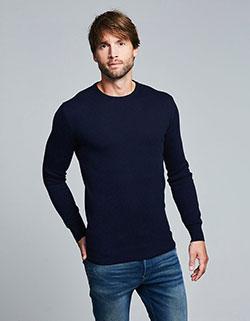 Großer Mann mit einem extra langen Oversize Pullover