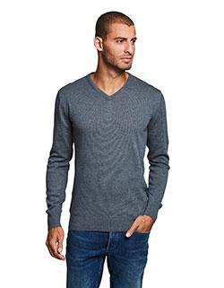 Großer Mann der ein Winter Pullover trägt