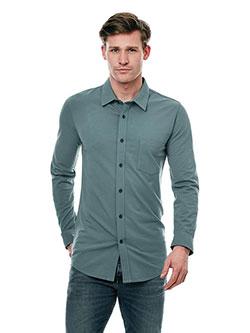 Mann mit Slim Fit Hemd von Girav.de