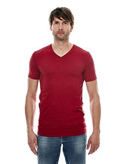 Großer Mann der ein T-Shirt in Größe XXL trägt