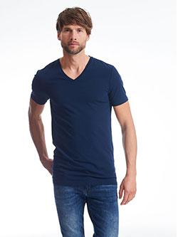 Großer Mann der ein T-Shirt in Größe XXXL trägt