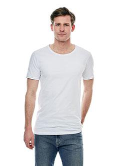 Großer Mann mit XXL T-Shirt