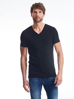 Großer Mann mit XXXL T-Shirt