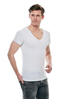 Großer Mann der ein leichtes T-Shirt trägt.