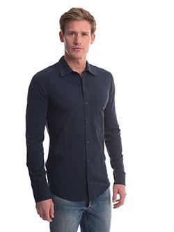 Mann mit Slim Fit Hemd