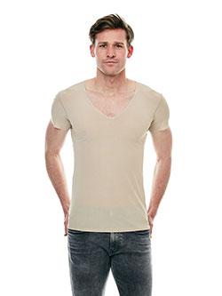Großer Mann mit einem leichten T-Shirt.