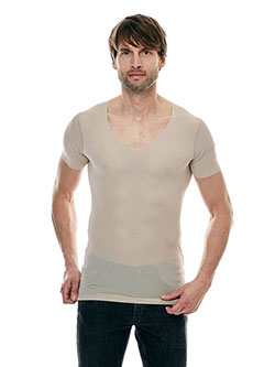Großer Mann mit unsichtbaren Unterhemd