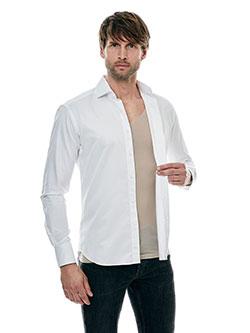 Großer Mann der ein unsichtbares Unterhemd unter seinem Hemd trägt