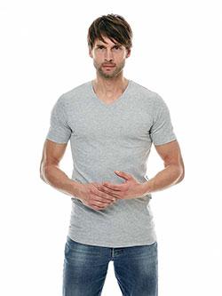 Mann der ein extra langes T-Shirt trägt