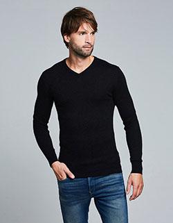 Grosser Mann mit langem Pullover