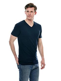 Mann der ein T-Shirt in Überlänge trägt